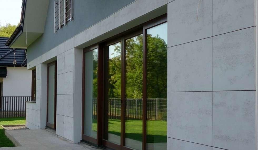 Beton architektoniczny na elewacje: styl nowoczesne, w kategorii Domy zaprojektowany przez Luxum