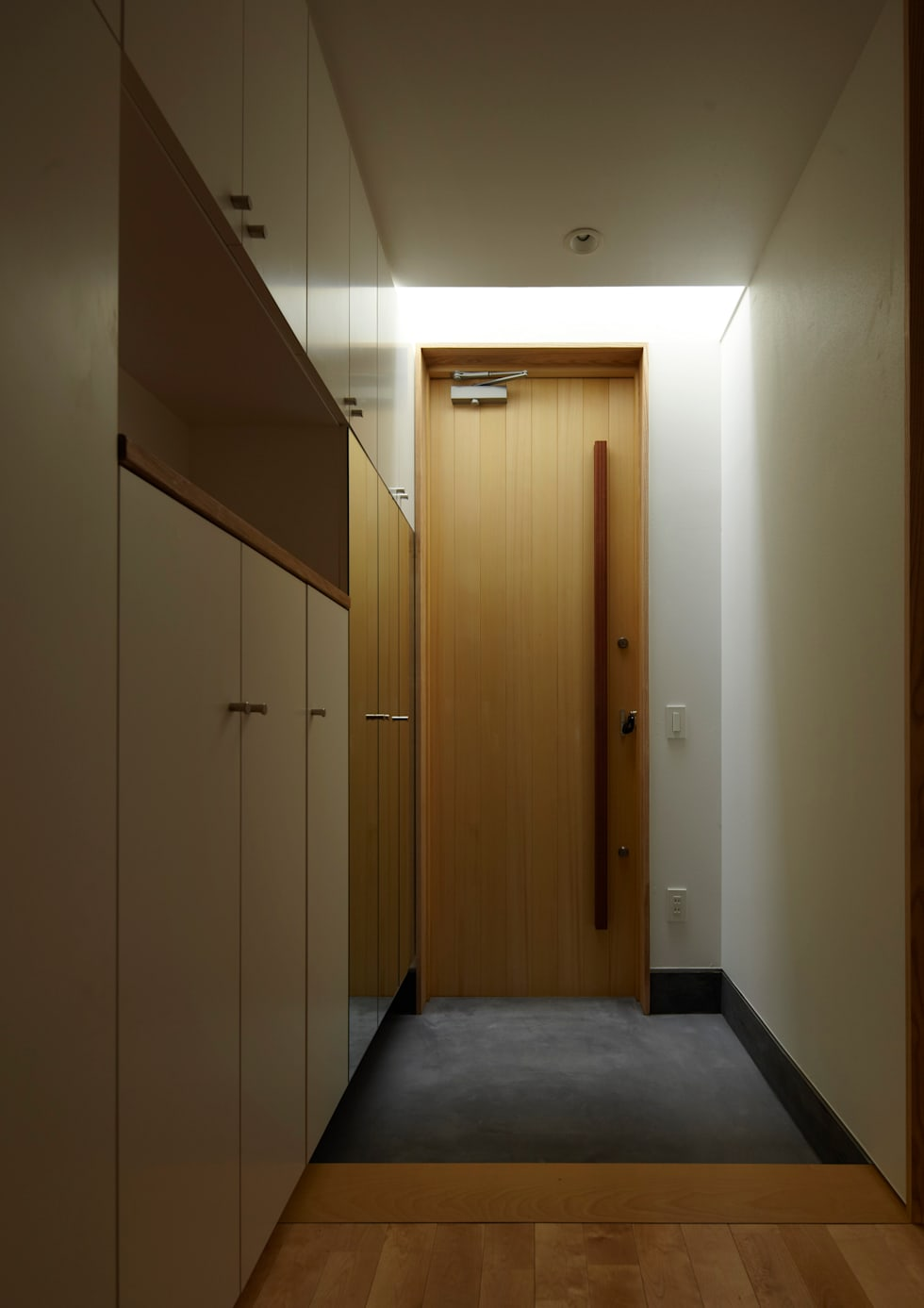 玄関: Osamu Sano Architect & associatesが手掛けた窓です。