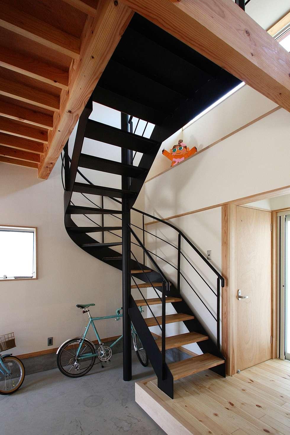 螺旋階段: 伊藤瑞貴建築設計事務所が手掛けた廊下 & 玄関です。