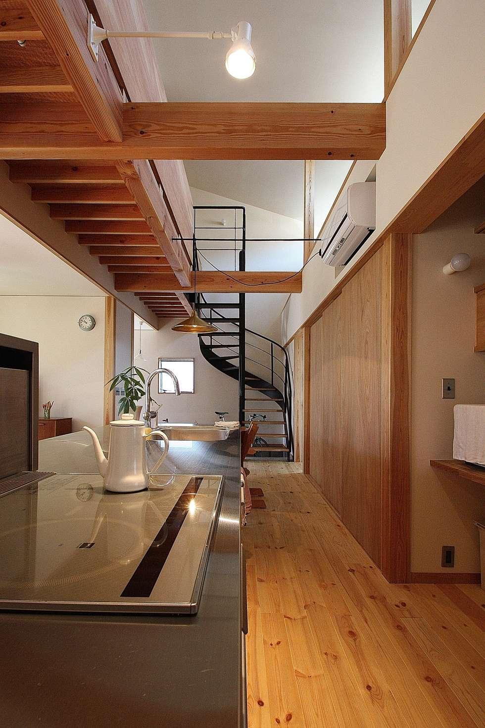 キッチンからダイニングを見る: 伊藤瑞貴建築設計事務所が手掛けたキッチンです。