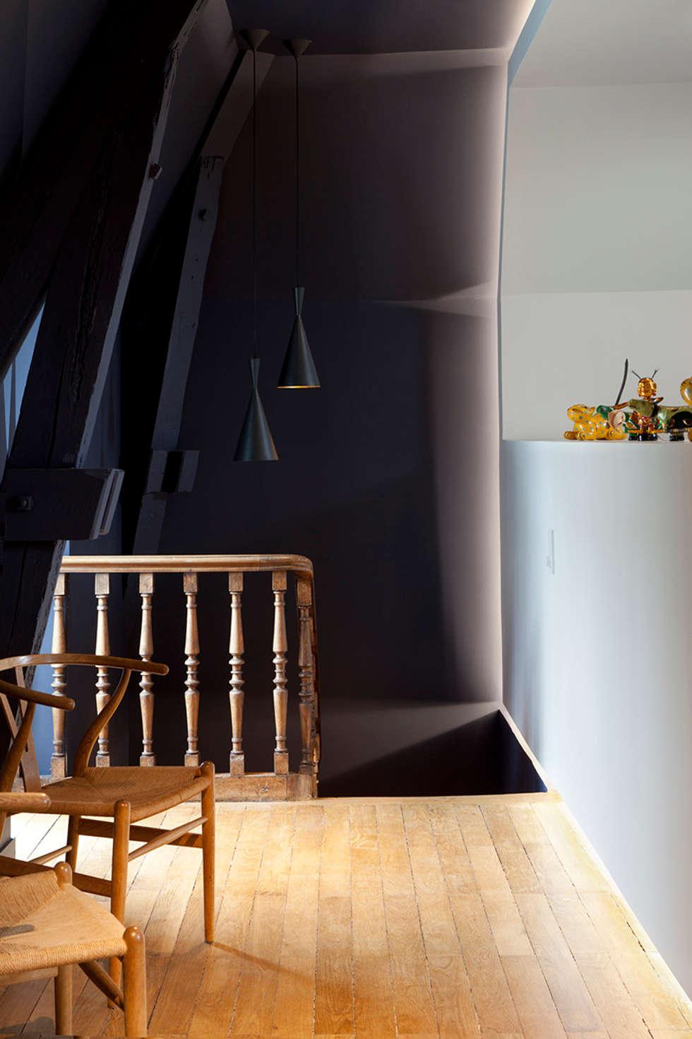 Quel Comble !: Salon de style de style Moderne par Studio By Night