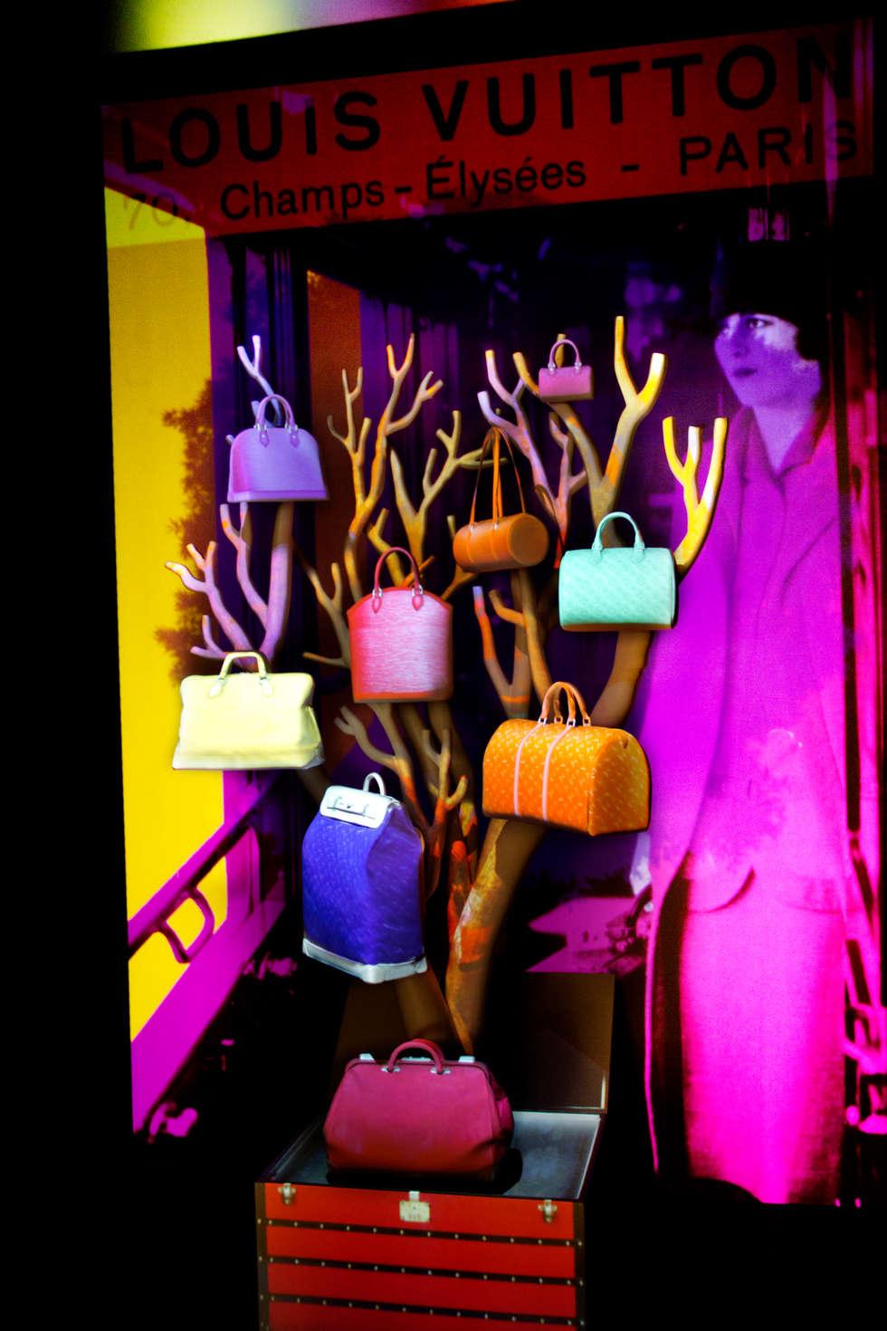 """Soline d'Aboville, Installation """" Les Sacs de ville Louis Vuitton: une histoire naturelle """", Maison Louis Vuitton des Champs Elysées, Paris 2013:  de style  par Soline d'Aboville"""