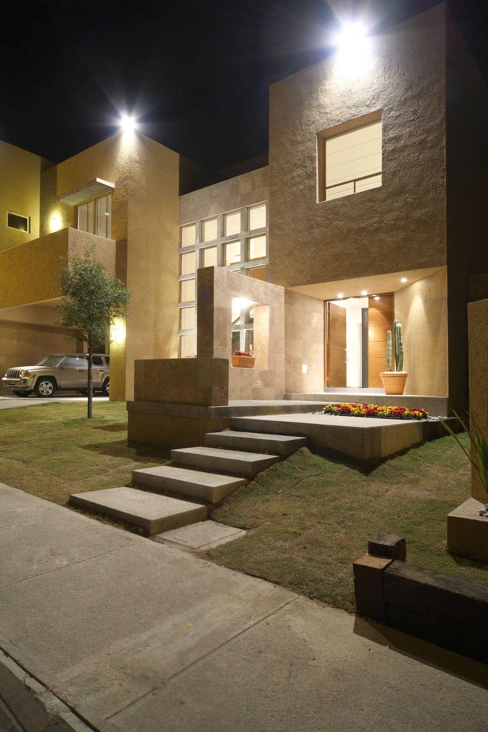 Casa Caritas No.58: Casas de estilo moderno por Arq. Bernardo Hinojosa