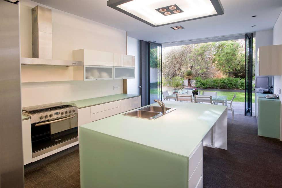 Casa V: Cocinas de estilo moderno por Serrano Monjaraz Arquitectos