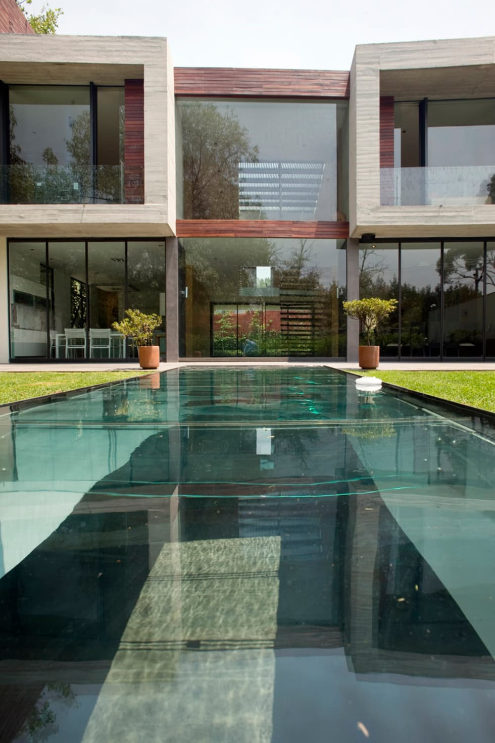 Casa V: Albercas de estilo moderno por Serrano Monjaraz Arquitectos