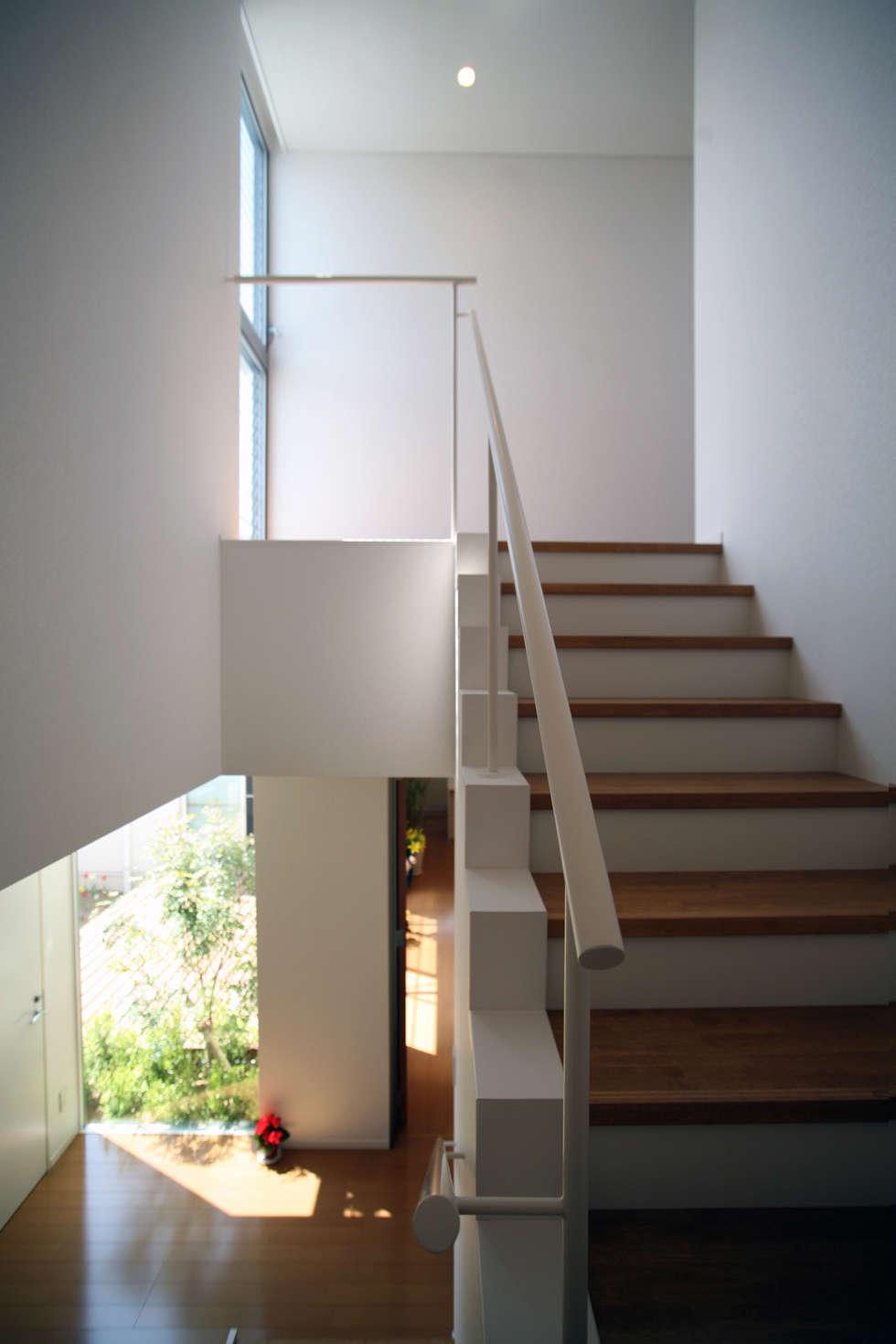 開放感ある階段: 株式会社 U建築研究所が手掛けた廊下 & 玄関です。