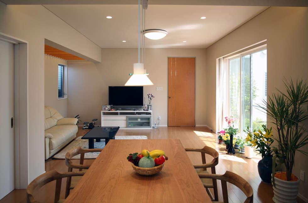 あかるいリビング: 株式会社 U建築研究所が手掛けた和室です。