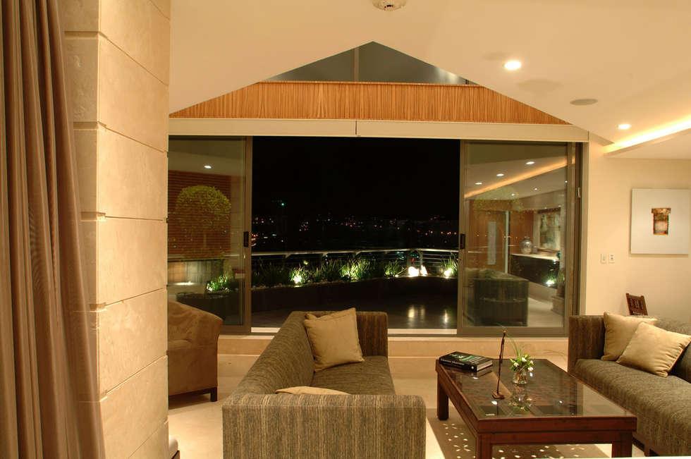 PH A Las Nubes: Salas de estilo  por ARCO Arquitectura Contemporánea