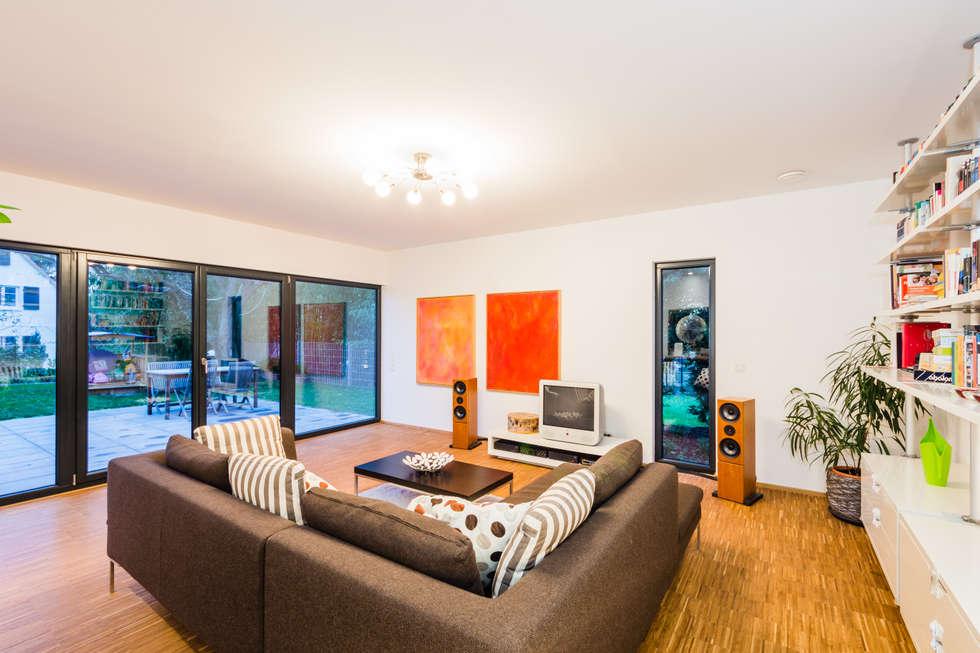 Balanced House - Einfamilienwohnhaus in Weinheim: moderne Wohnzimmer von Helwig Haus und Raum Planungs GmbH