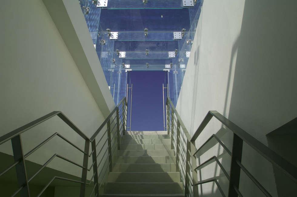 Skyview Polanco: Pasillos y recibidores de estilo  por ARCO Arquitectura Contemporánea