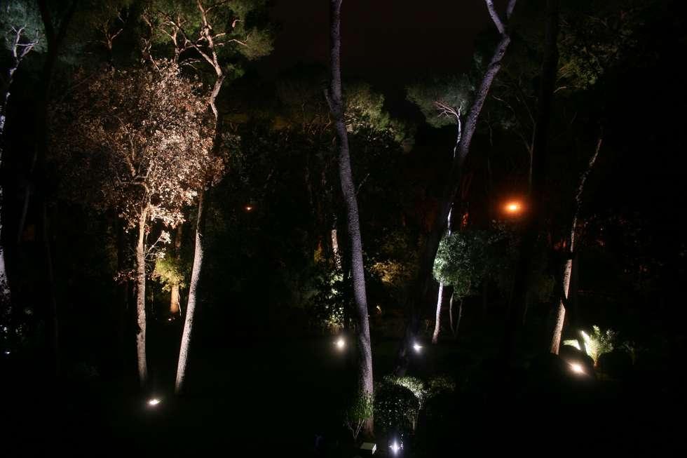 ECLAIRAGE JARDIN AVANT NOTRE INTERVENTION: Jardin de style de style Méditerranéen par Artlight Design