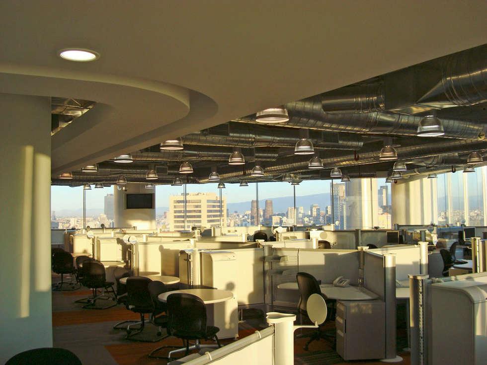 Rotoplas: Estudios y oficinas de estilo moderno por usoarquitectura