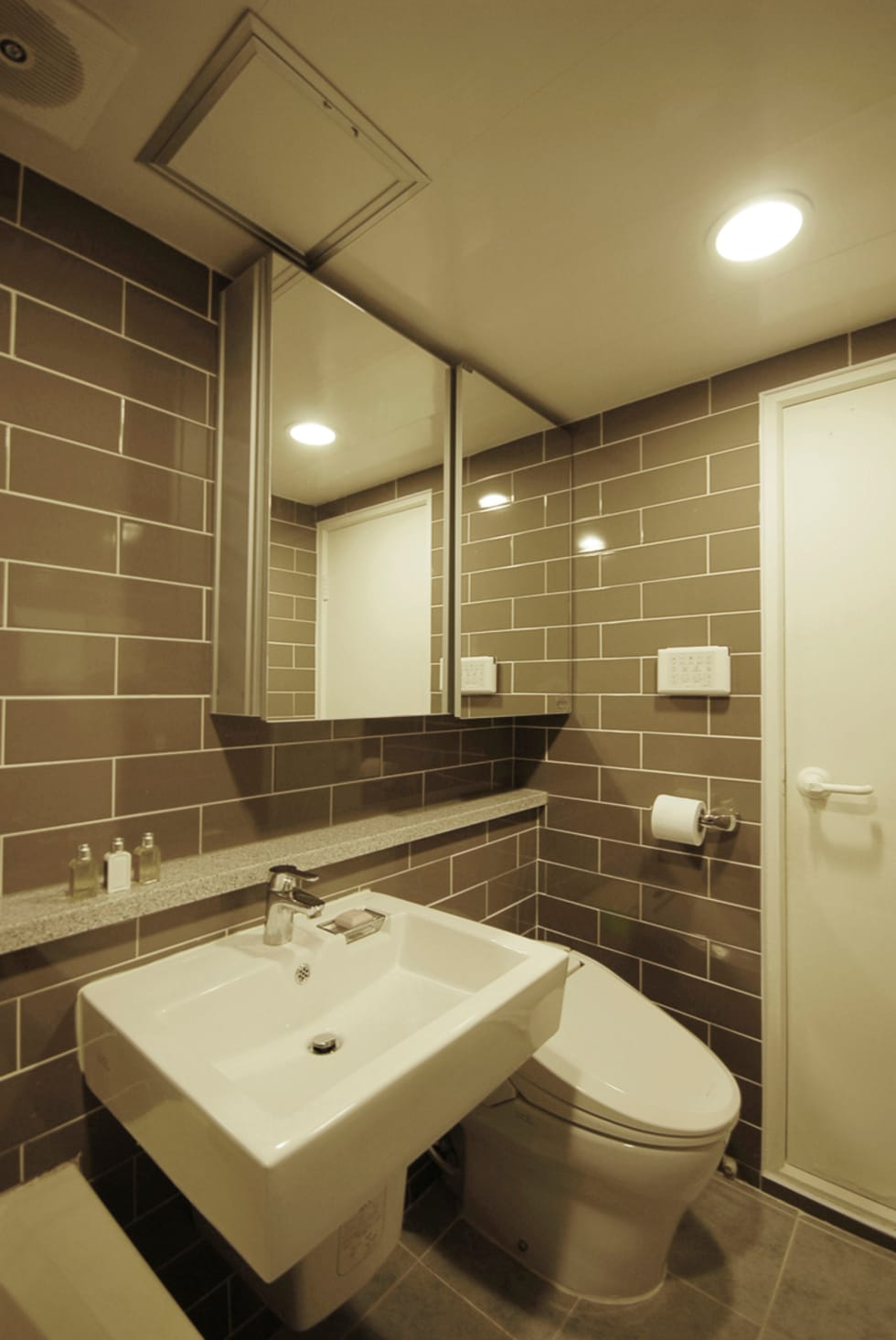 C Apartment (63sqm.): By Seog Be Seog | 바이석비석의  화장실