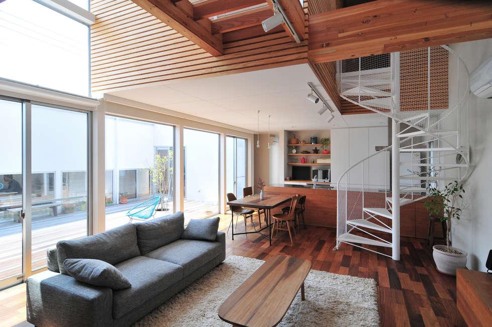 4つのコートを設けた家: 島田博一建築設計室が手掛けたリビングです。
