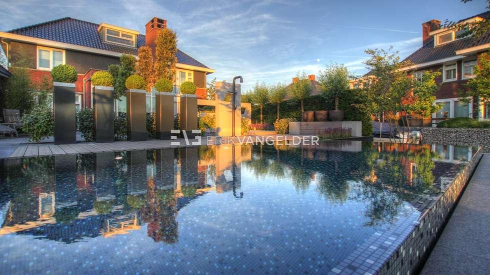 Infinity edge pool van Mozaïek met RVS kleur: modern Zwembad door ERIK VAN GELDER | Devoted to Garden Design