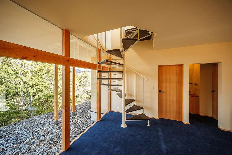 modern Corridor, hallway & stairs by 傳寶慶子建築研究所