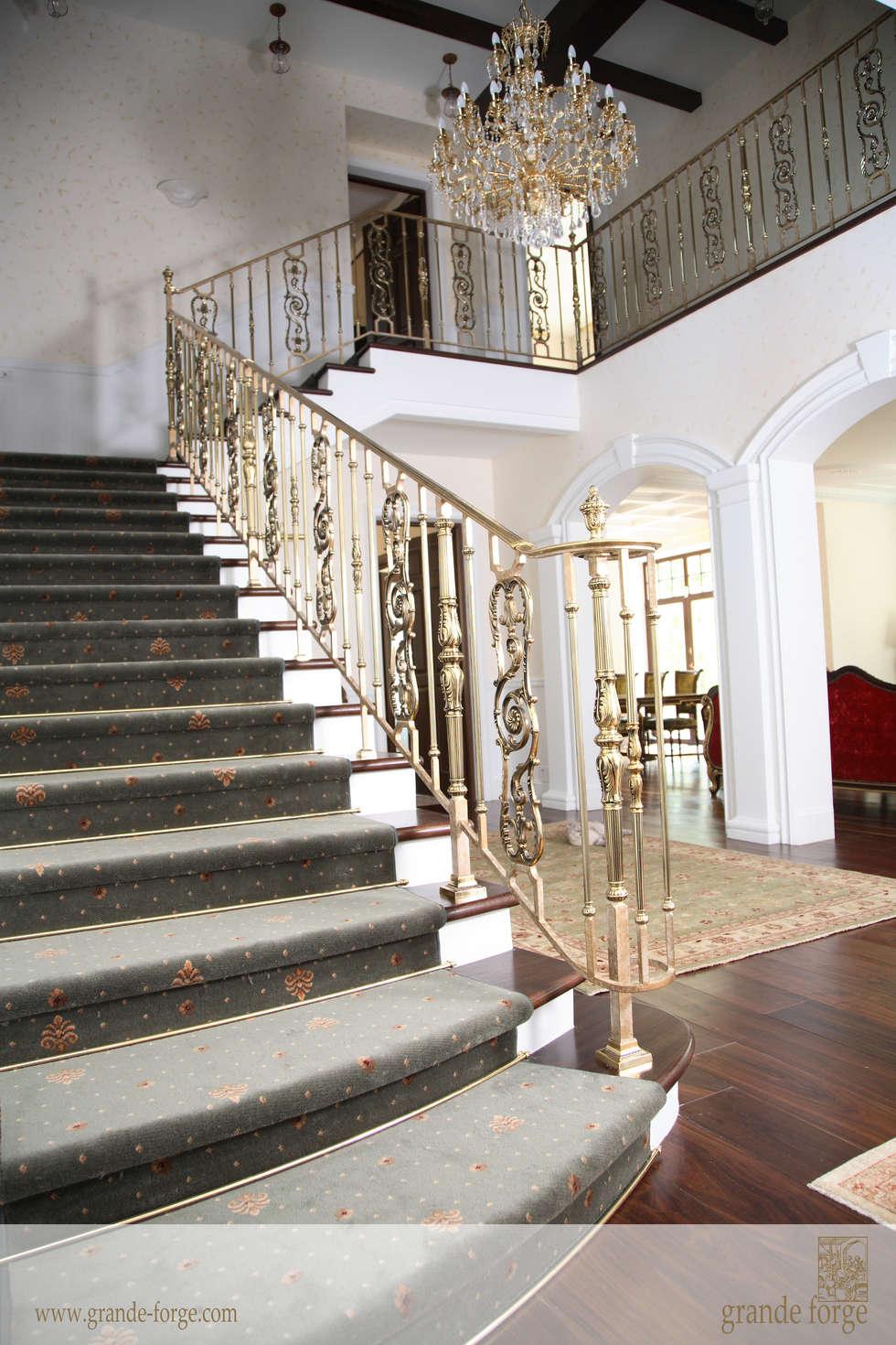 """COLLECTION """"ROYAL"""" LAITON PATINE  : Couloir et hall d'entrée de style  par SCHUTT GRANDE FORGE"""