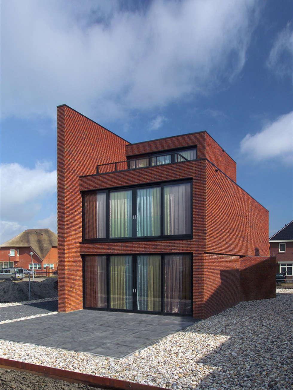Brick Wall House: moderne Huizen door 123DV Moderne Villa's