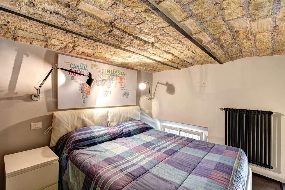 MACHIAVELLI: Camera da letto in stile in stile Industriale di MOB ARCHITECTS