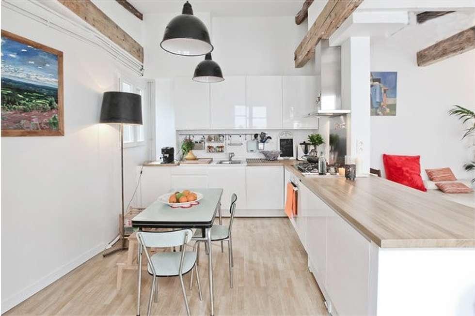 Duplex sur le canal: Cuisine de style de style Moderne par Atelier UOA