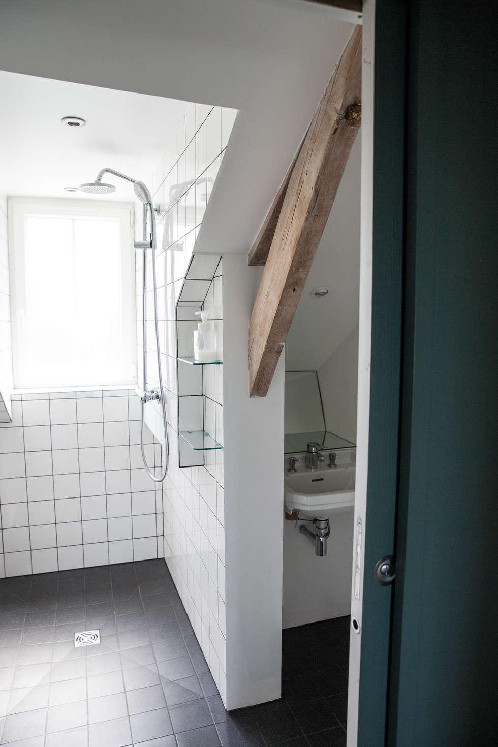 Une salle d'eau sous combles: Salle de bains de style  par mllm
