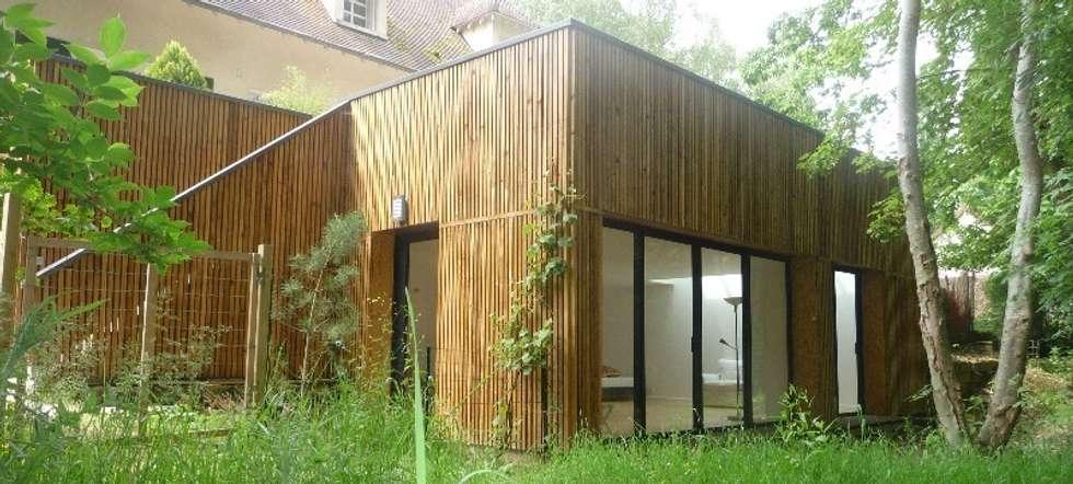 Vue depuis le bois: Terrasse de style  par AADD+