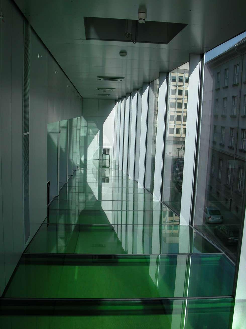 Couloir et hall d'entrée de style  par press profile homify