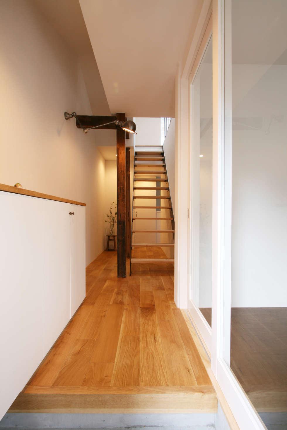 玄関から廊下: 一級建築士事務所expoが手掛けた家です。