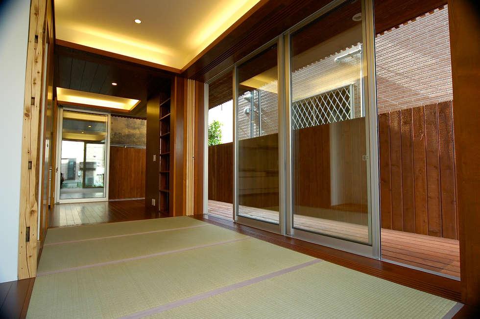 1階: 仲摩邦彦建築設計事務所 / Nakama Kunihiko Architectsが手掛けた和室です。