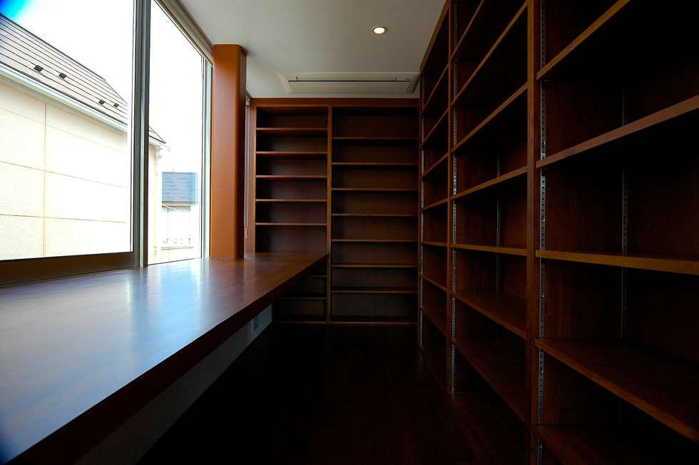 3階: 仲摩邦彦建築設計事務所 / Nakama Kunihiko Architectsが手掛けた書斎です。