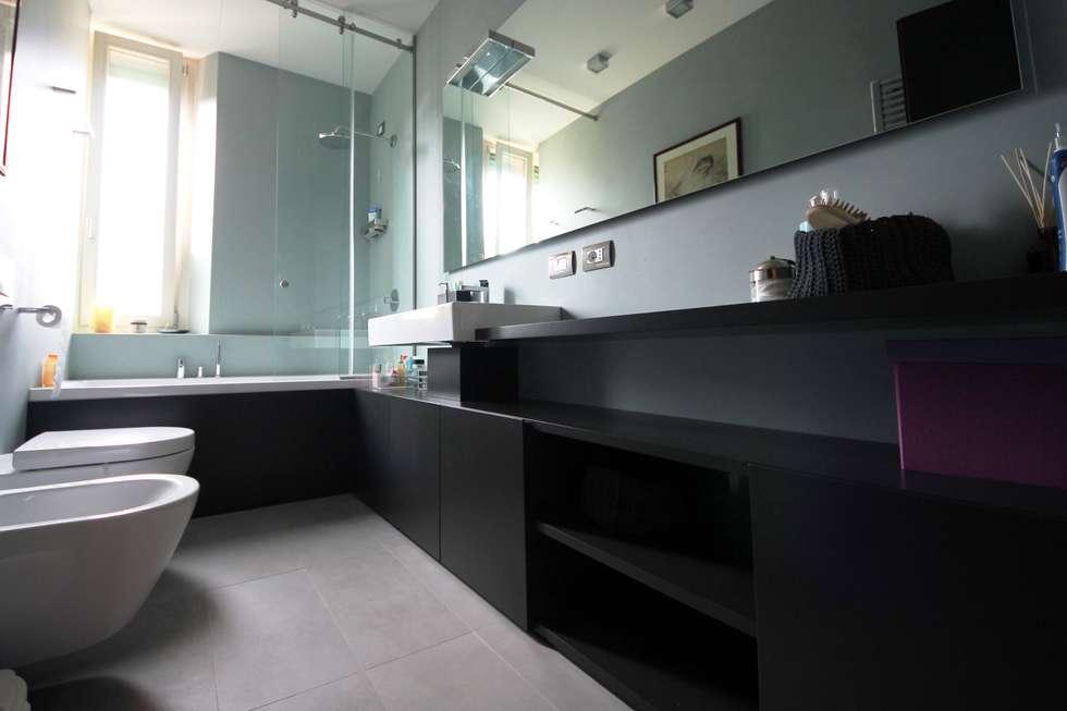 Bagno principale laccato grigio: Bagno in stile in stile Moderno di Falegnameria Ferrari