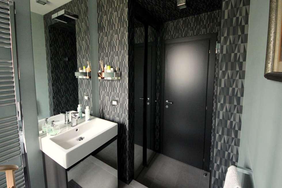 Bagno di servizio laccato grigio: Bagno in stile in stile Eclettico di Falegnameria Ferrari