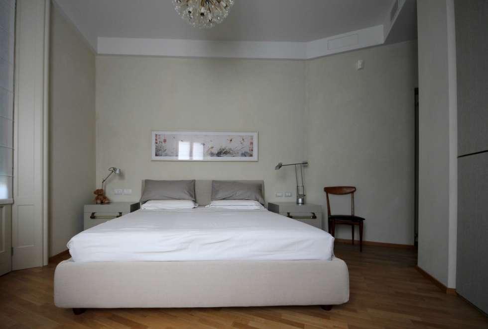 Camera Matrimoniale: Camera da letto in stile in stile Eclettico di Falegnameria Ferrari