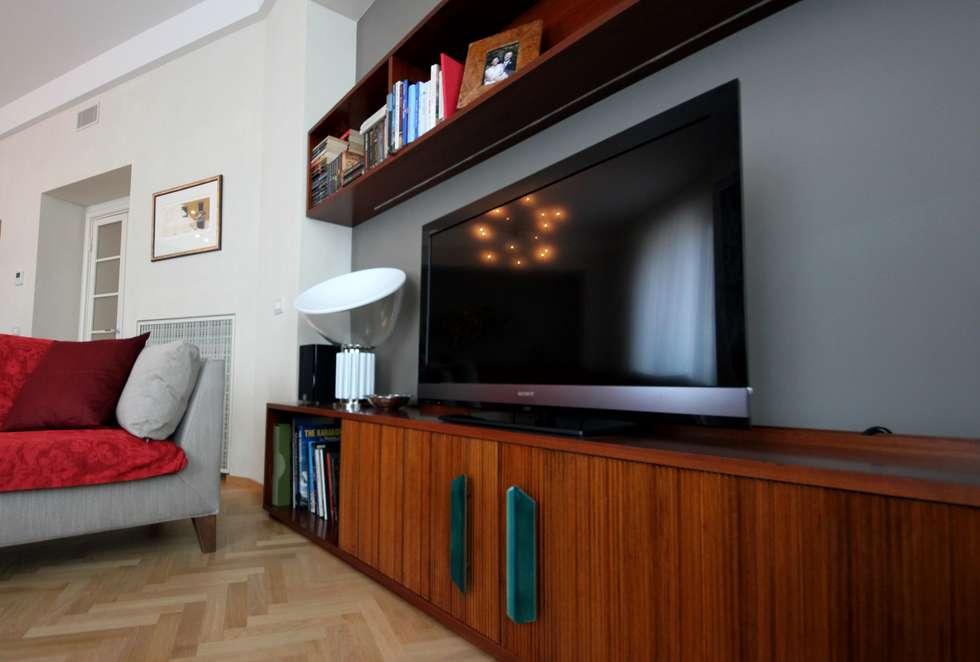 Dettaglio mobile TV: Soggiorno in stile in stile Eclettico di Falegnameria Ferrari