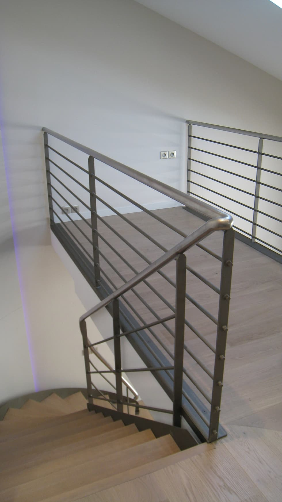 Mezzanine bureau en loft: Couloir et hall d'entrée de style  par Philippe Ponceblanc Architecte d'intérieur