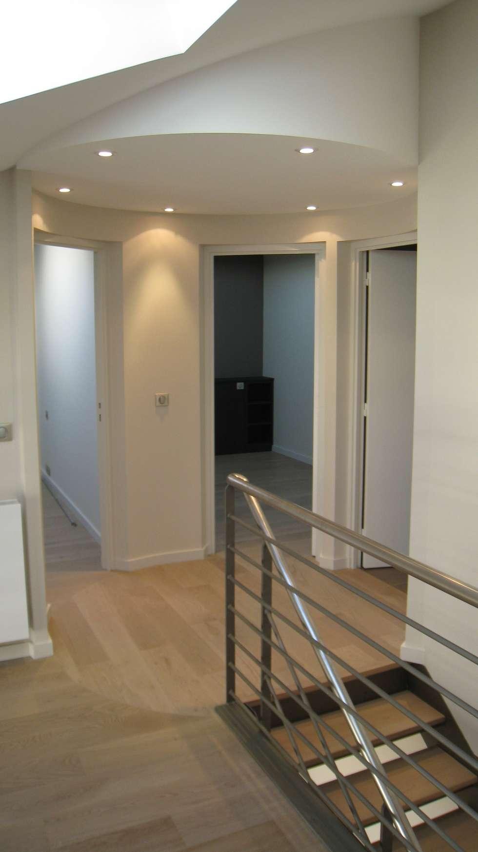 Palier en cylindre: Couloir et hall d'entrée de style  par Philippe Ponceblanc Architecte d'intérieur