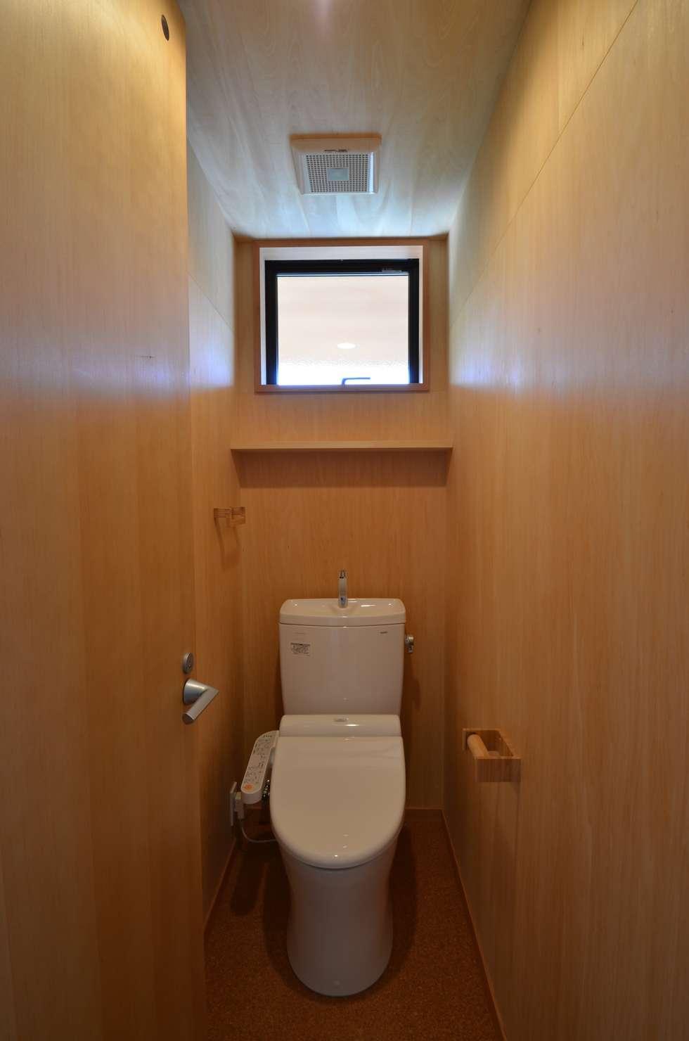 トイレ(2F): TEKTON   テクトン建築設計事務所が手掛けた浴室です。