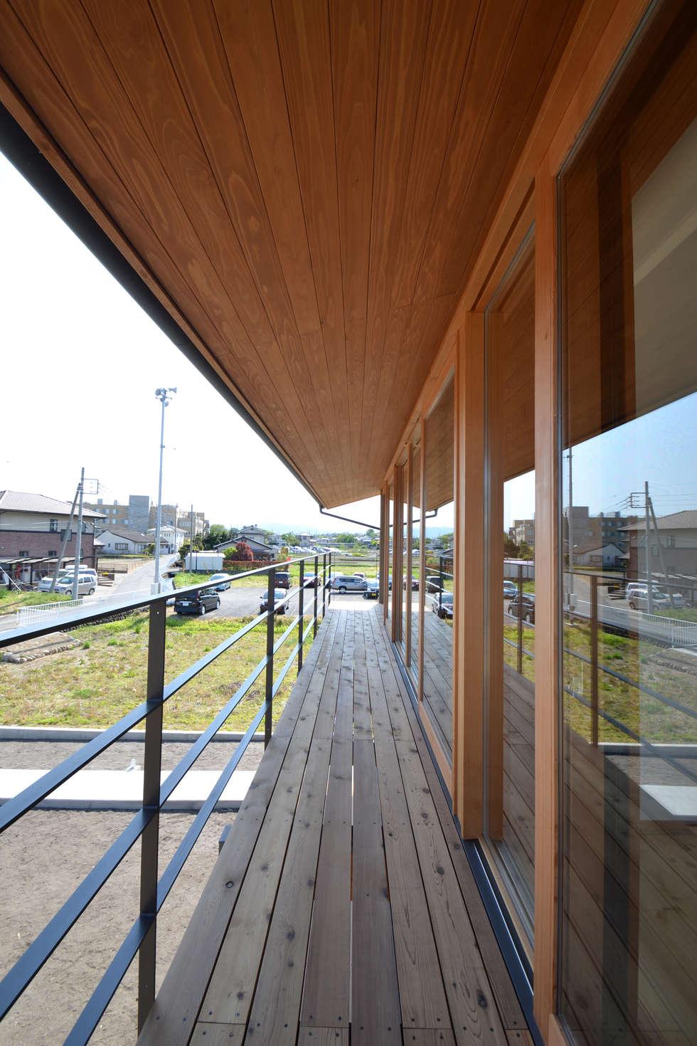 バルコニー: TEKTON | テクトン建築設計事務所が手掛けたベランダです。