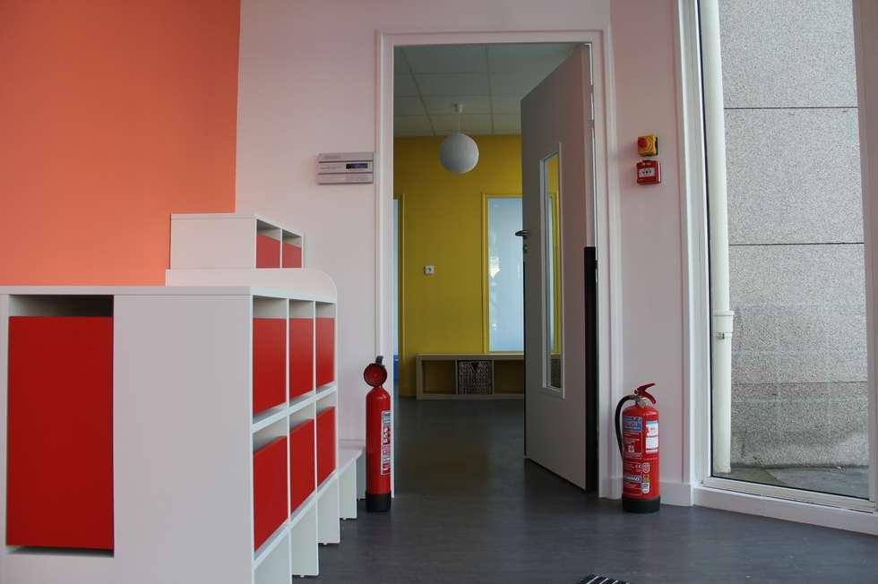 Entrée - Vestiaires:  de style  par CARTON architectures