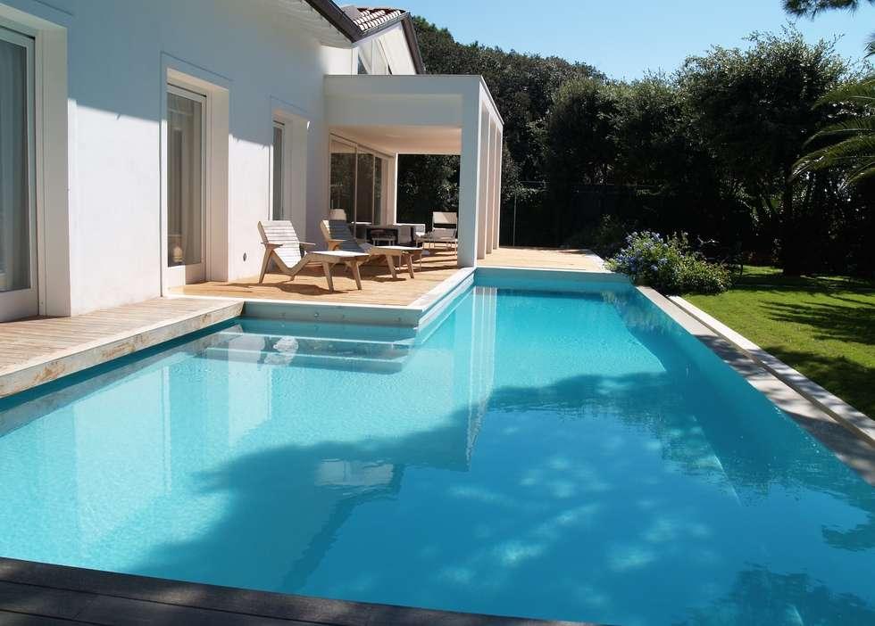 Piscina Privata - Forte dei Marmi: Piscina in stile in stile Eclettico di culligan piscine