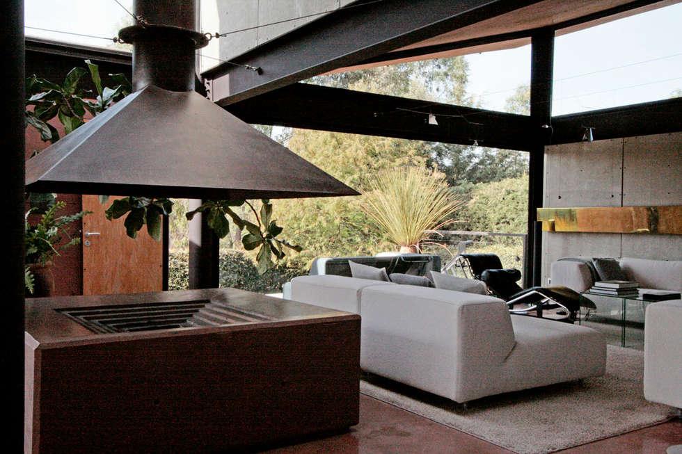 Casa Lau: Salas de estilo moderno por Serrano Monjaraz Arquitectos