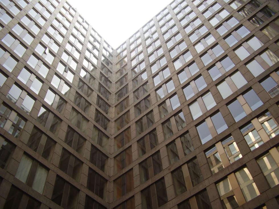 Puerta Alameda: Paredes de estilo  por Serrano Monjaraz Arquitectos