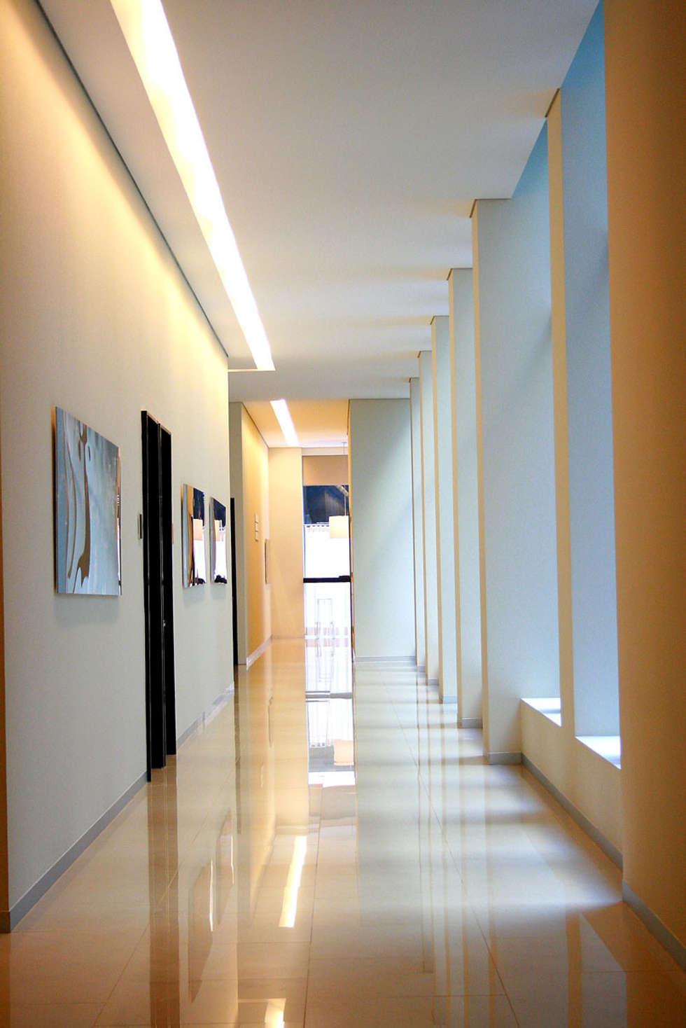 Puerta Alameda: Pasillos y recibidores de estilo  por Serrano Monjaraz Arquitectos