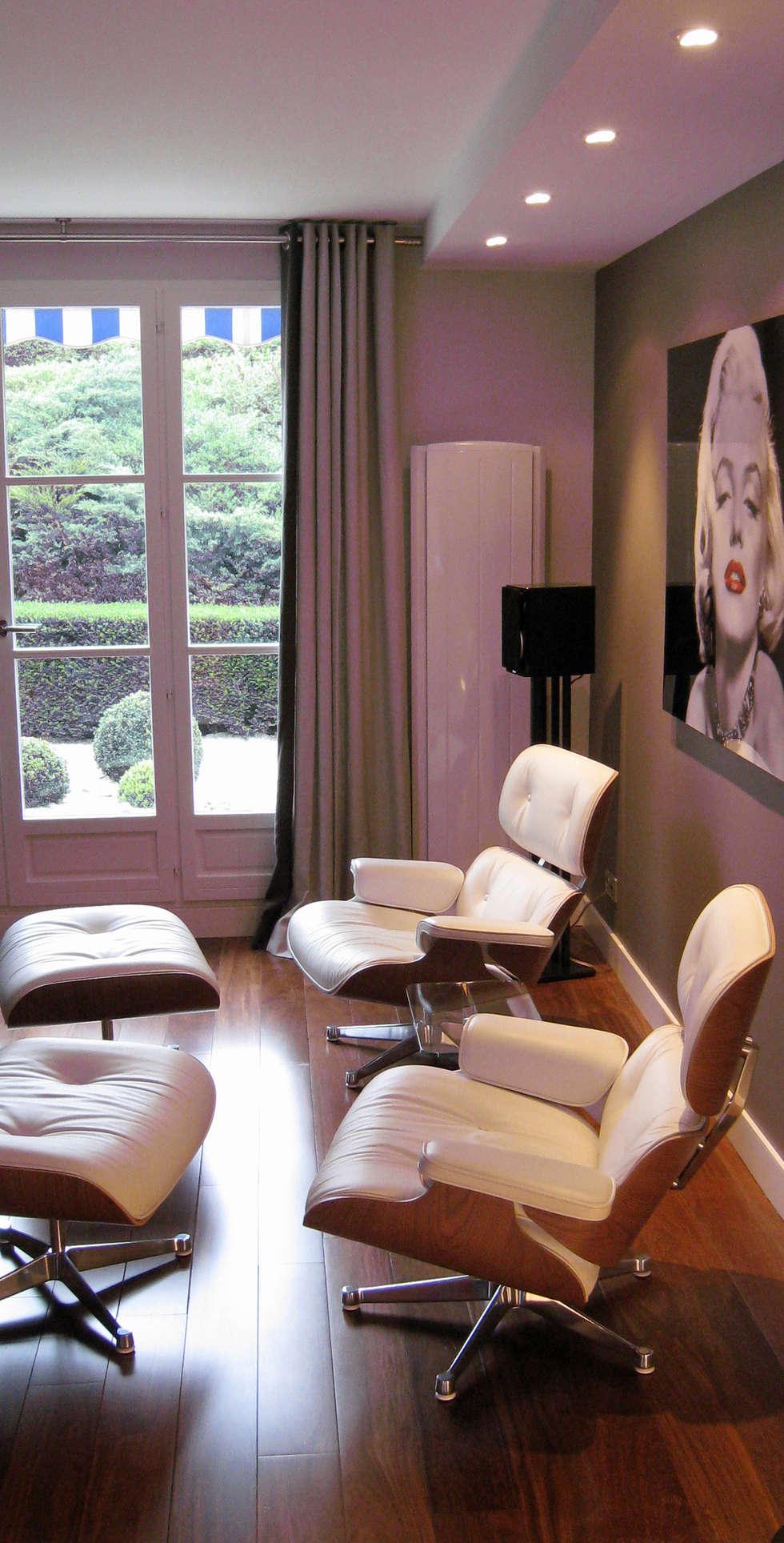 Salon TV contraste : Maisons de style  par Philippe Ponceblanc Architecte d'intérieur