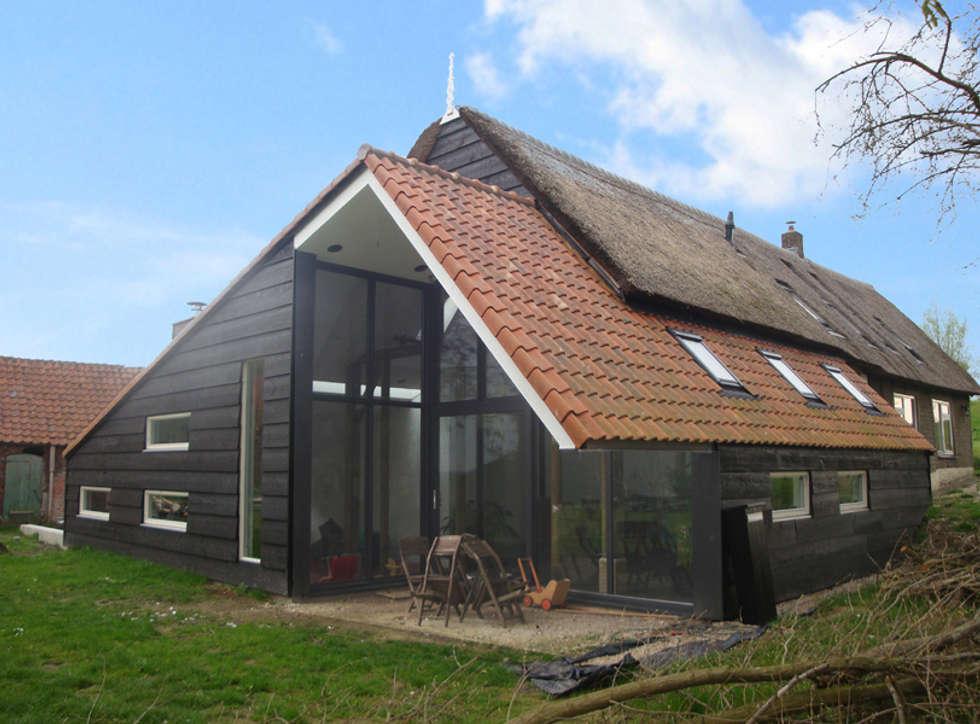 woonboerderij achterzijde: moderne Woonkamer door No Label