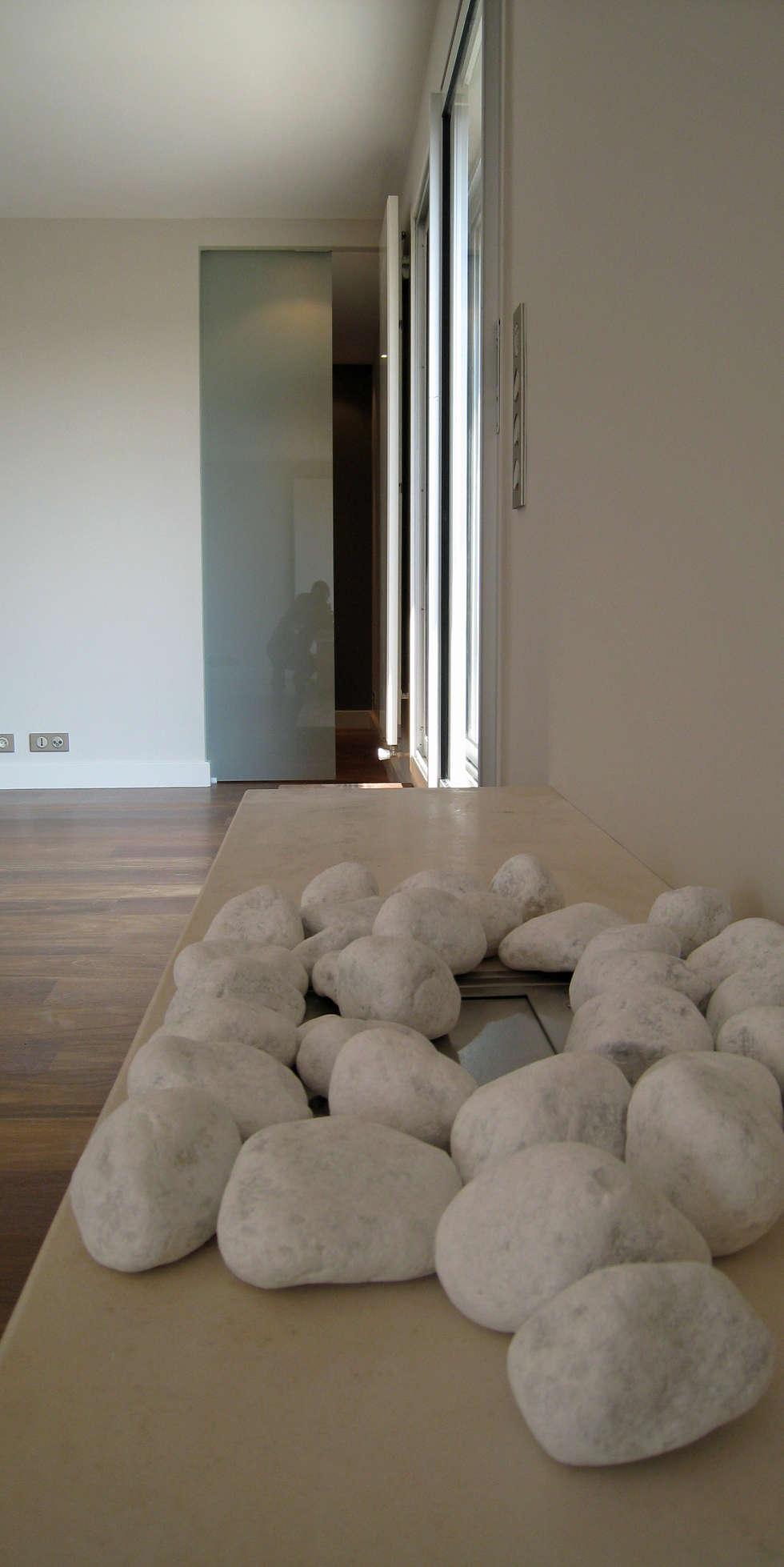 Cheminée encastrée en mobilier: Salon de style  par Philippe Ponceblanc Architecte d'intérieur