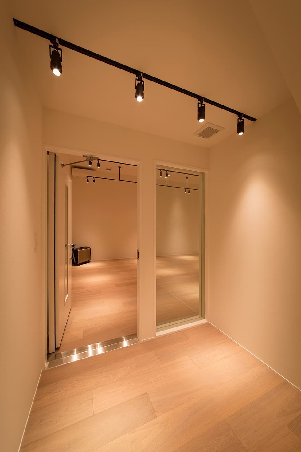 非日常スタジオ付ガレージ住宅: ラブデザインホームズ/LOVE DESIGN HOMESが手掛けたホームジムです。