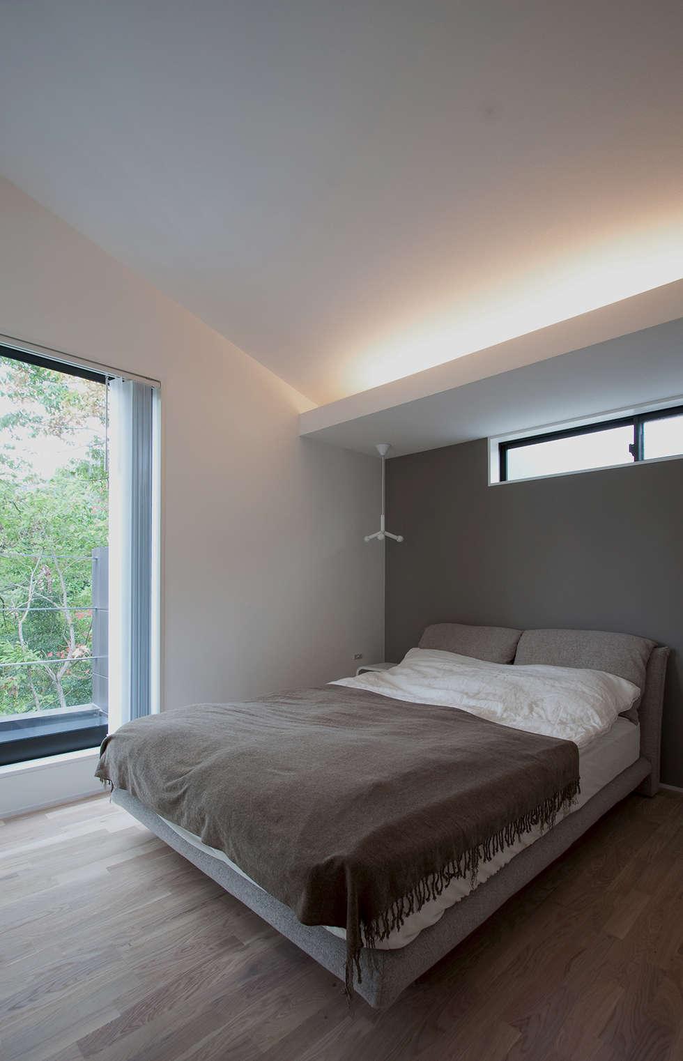 森の緑を楽しむみんなの集まる家: ラブデザインホームズ/LOVE DESIGN HOMESが手掛けた寝室です。