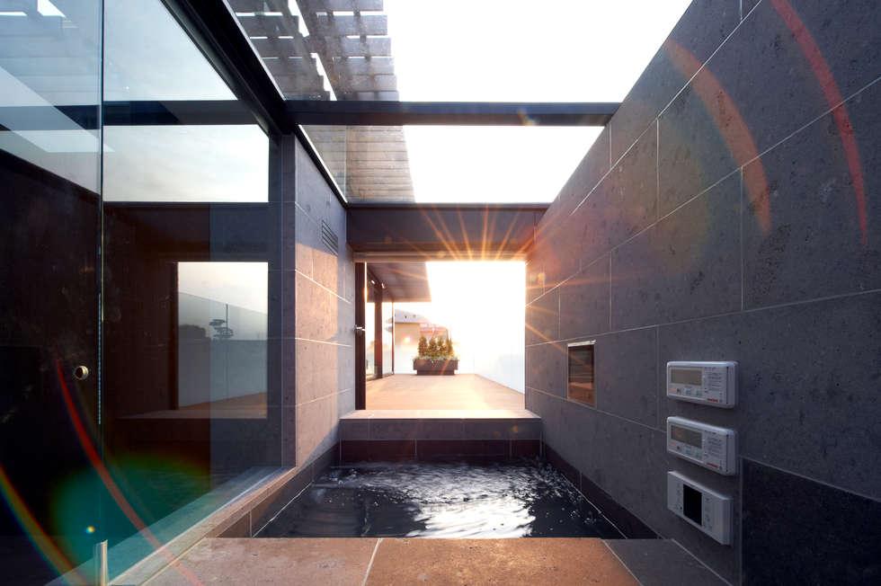 親棟2F、露天風呂: 株式会社nSTUDIOが手掛けたです。