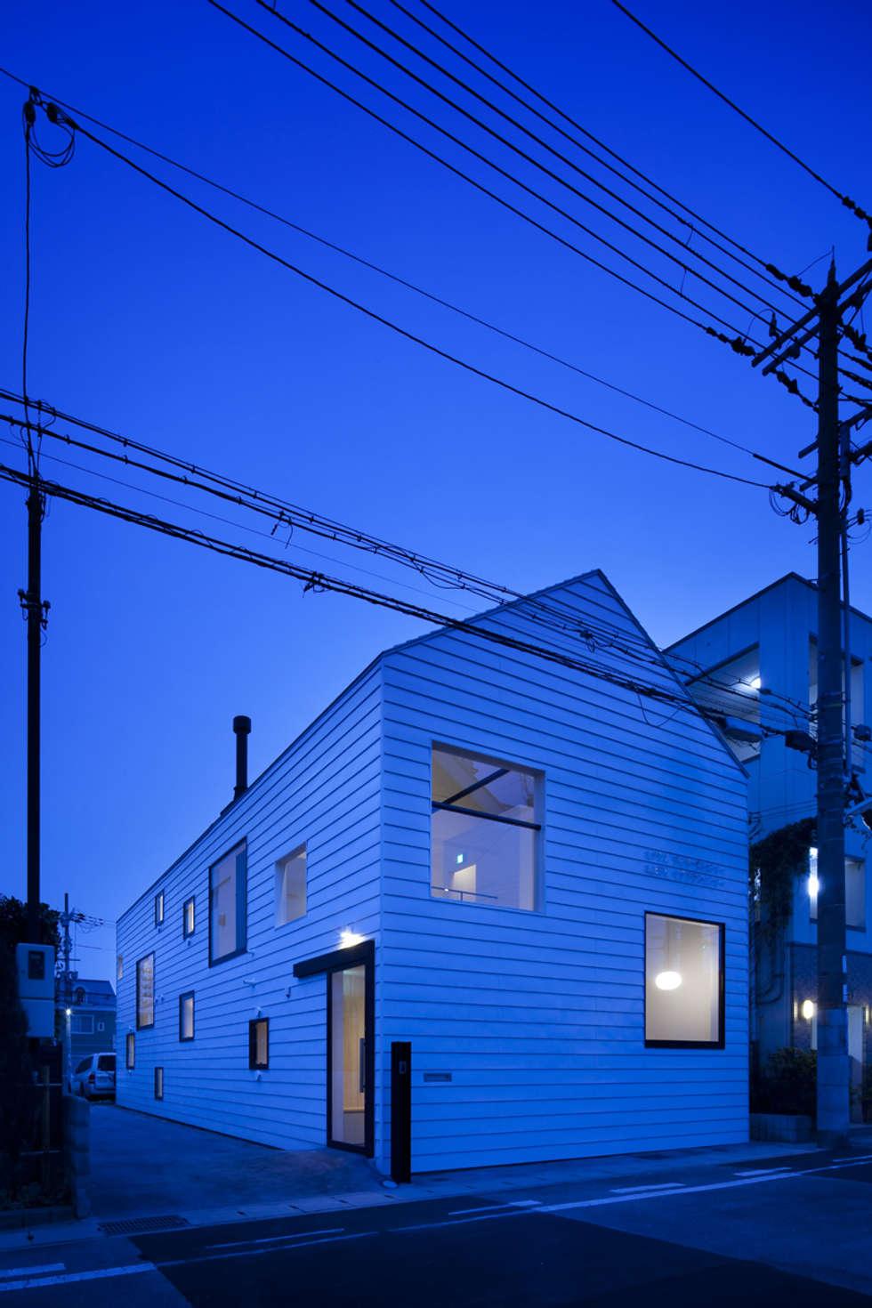 外観夜景: 川添純一郎建築設計事務所が手掛けた病院です。
